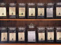 półka ze słoikami z herbatą